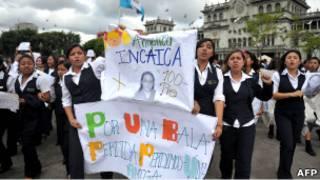 تلميذات مدرسة ثانوية في غواتيمالا يتظاهرن احتجاجا على مقتل زميلة لهن (16/03/11)