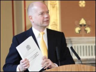 英國外相黑格在報告發佈會上展示報告文本