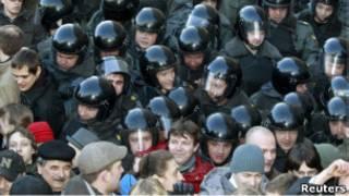 Полиция вытесняет митингующих с Триумфальной площади 31 марта 2011 года