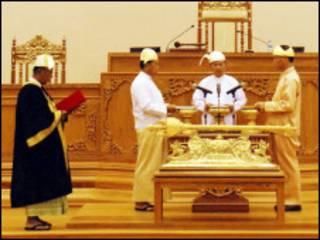 လွှတ်တော်မှာ သမ္မတ ကျမ်းသစ္စာဆိုနေစဉ်