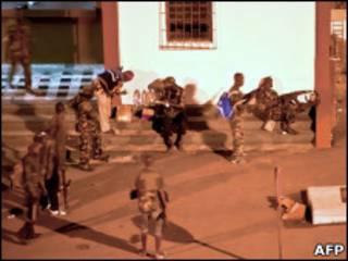 Soldados pró-Ouattara nas proximidades do palácio presidencial em Abidjan