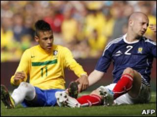 Neymar e o escocês Alan Hutton durante a partida do domingo