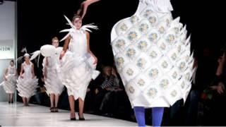 Показ авангардных моделей на Russian Fashion Week