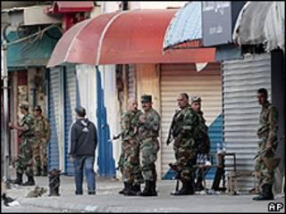 Soldados sírios montam guarda em praça de Latakia (Arquivo, AP)