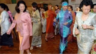 Foto arsip tarian poco-poco istri para menlu Asean tahun 2005 di Kuala Lumpur