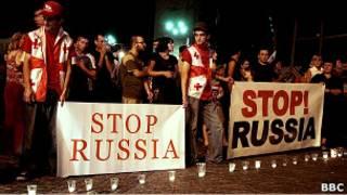 Жители Тбилиси протестуют против российского вторжения в Грузию в августе 2008г..
