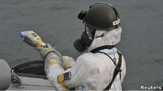 Personal militar con traje protector cerca de la planta de Fukushima.