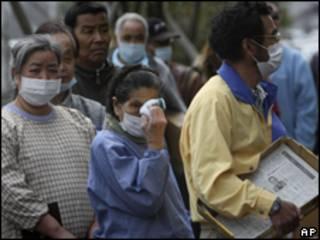 日本地震海嘯災民在疏散中心領取食物(02/04/2011)
