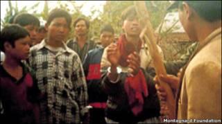 Ảnh của một người tị nạn mang ra khỏi Việt Nam chụp cảnh một người Thượng bị còng tay và sau đó bị đánh đập theo lời của Montagnard Foundation