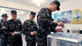 جنود كازاخيون يدلون بأصواتهم