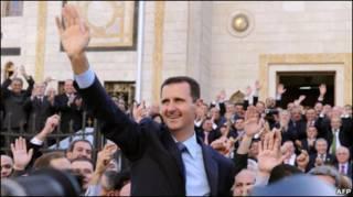 بشار اسد، رئیس جمهور سوریه در محاصره هوادارانش در دمشق