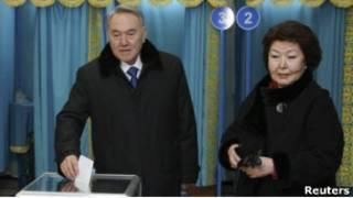 Нурсултан Назарбаев с женой на избирательном участке