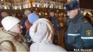 Милиционер и участницы акций протеста