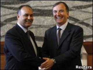 O ministro das Relações Exteriores, Franco Frattini, cumprimenta o porta-voz dos rebeldes líbios, Ali Al-Isawi.