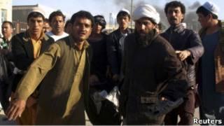 Жители Афганистана несут раненого в Мазари-Шарифе.