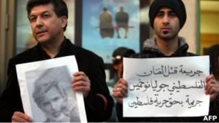 فنانون فلسطينيون يشاركون في اعتصام احتجاجا على اغتيال جوليانو مير خميس (04/04/11)