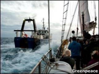Barco com ativistas do Greenpeace se aproxima do navio Orient Explorer