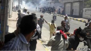 Протестующие бегут в городе Таиз в Йемене