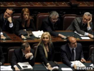 Parlamentares italianos votam proposta que beneficia Berlusconi.