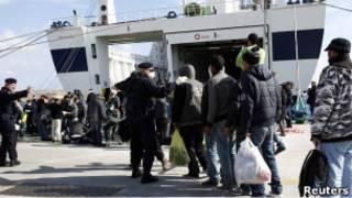 مهاجرون فارون من الأوضاع في تونس