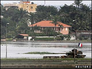 Tanque com bandeira francesa perto de ponte em Abidjan (Reuters)
