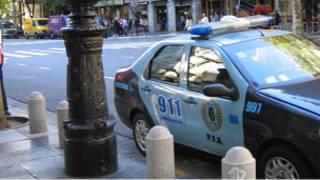 Auto de policía en una calle uruguaya
