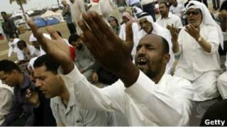 شیعیان معترض بحرینی هنگام ادای نماز