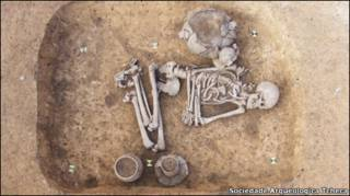 Escavação de esqueleto nos arredores de Praga (Sociedade Arqueológica Tcheca)