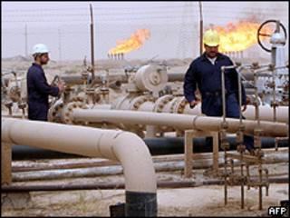 Campo de extração de petróleo perto de Bagdá, no Iraque (AFP/Getty)