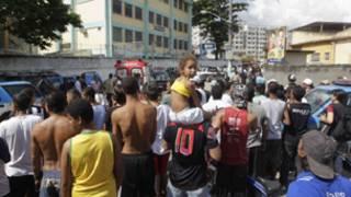مواطنون يتجمعون خارج مبنى المدرسة
