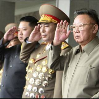 الزعيم كيم (يمين) وابنه (باللباس المدني) يحضران عرضا عسكريا العام الماضي