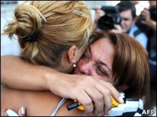 Parentes de vítimas choram ao reconhecer crianças no IML (Foto: AFP)