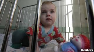 Годовалый ребенок в своей кроватке