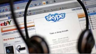 Логотип Skype на фоне экрана компьютера