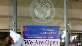 """Вывеска на медицинском центре для ветеранов в США: """"Мы открыты"""""""