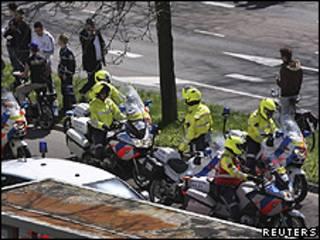 Policiais cercaram área em volta de shopping na cidade de Alphen aan den Rijn (Reuters)