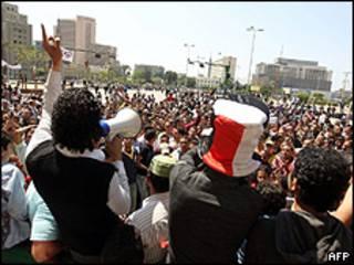 Manifestantes na praça Tahrir, neste domingo, no Cairo (AFP)