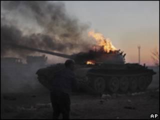 Tanque líbio alvejado pela Otan neste domingo (Foto: AP)