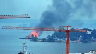 ألسنة النيران ترتفع من قاعدة لقوات باغبو في أبيدجان بساحل العاج