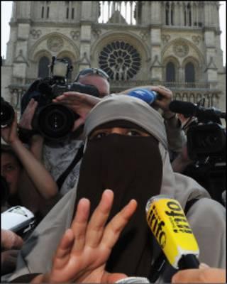 Ativista Kenza Drider dá entrevista coletiva no dia em que entra em vigor proibição de uso de véu islâmico na França (Foto - Pascal Le Segretain/Getty Images)