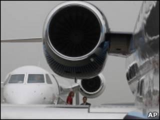 No primeiro plano, um jato Embraer Legacy 650 (Foto: AP)