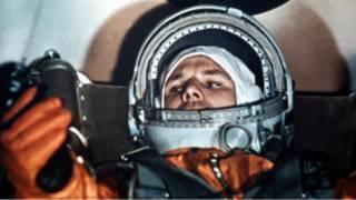 Yuri Gagarin berhasil merampungkan misi ke orbit  Bumi pada 12 April 1961
