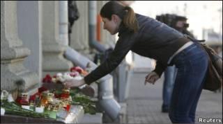 """Люди покладають квіти біля станції метро """"Октябрьская"""""""