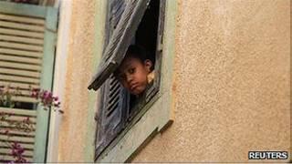 کودکی در طرابلس از پنجره به بیرون نگاه می کند