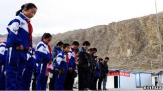 四川地震災區學生哀悼地震遇難者