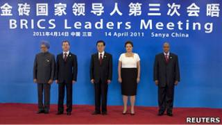 中國國家主席胡錦濤、巴西總統迪爾瑪·盧塞夫、俄羅斯總統梅德韋傑夫、印度總理辛格和南非總統祖馬在在海南三亞金磚五國峰會上合照(14/4/2011)