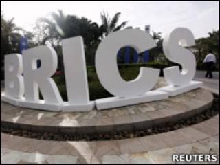 Logo dos BRICs em frente ao hotel Sheraton, em Sanya, na China (Reuters)