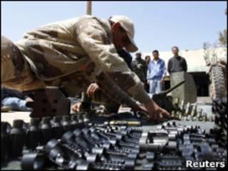 Rebelde recebe treinamento em Benghazi (Foto: Reuters)