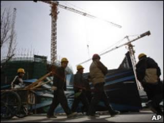 Operários em local de construção, em Pequim, na China (AP)