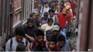 Migrantes centroamericanos cruzan la frontera entre México y EE.UU.